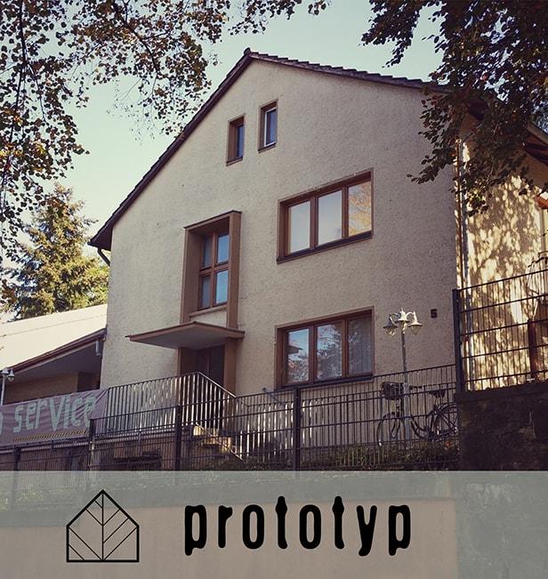 prototyp Gießen, ein Prototyp für einen Kulturgewerbehof, Außenansicht mit Logo
